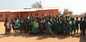 Dzieci przed budynkiem szkolnym