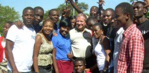 Z grupą roześmianej młodzieży